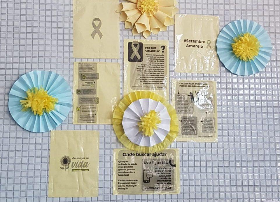 Ornamentação para a campanha do Setembro Amarelo com cartazes informativos sobre o suicídio.